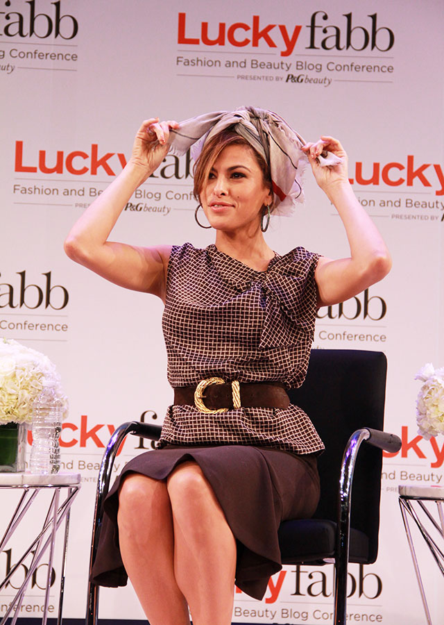Eva-Mendes-Scarf-Tutorial-at-Lucky-FABB-2013